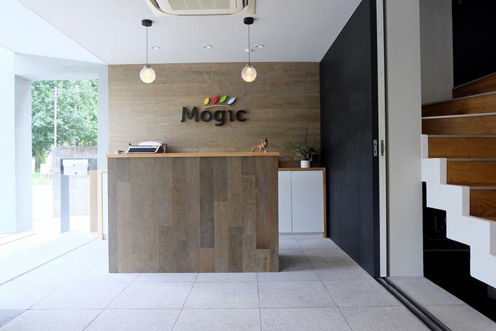 デザイン、コーディングは勿論、エンジニアとのコラボ制作やディレクション、オフィスの内装などデザイナーとしての総合力を学べます