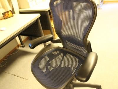 座り仕事の多いエンジニアのために、設計された専用の椅子です。あなたに使って頂く予定です。