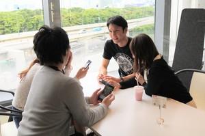 カフェスペースでは、休憩中に最新アプリの情報交換♪