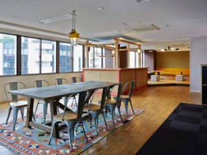 おしゃれで快適なオフィスは、今年5月に移転したばかり。19時以降はBARカウンターを開放!