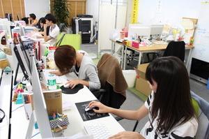 作業スペース。ごちゃごちゃしてますが、みんな一生懸命業務に取り組んでいます。