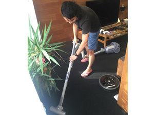 ルンバの周りを丁寧に掃除する社長。
