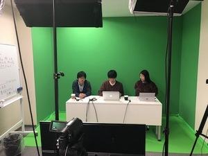社内のスタジオでYouTubeチャンネルの収録中♪