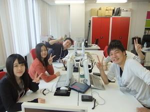 たくさんの学生が活躍しています!笑いの絶えない職場です!