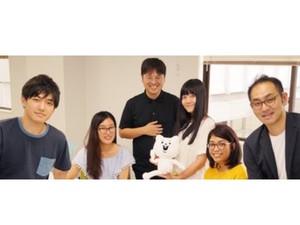 代表の水野(写真中央)・取締役(一番右)と学生メンバー達&ベタックマ!