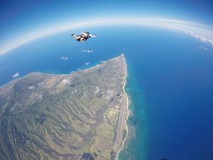 ハワイ旅行ではスカイダイビング体験も。笑