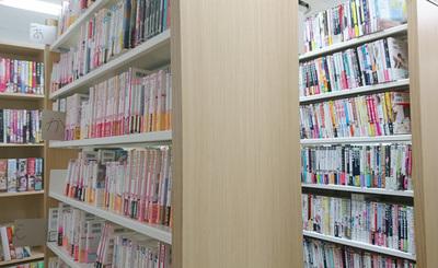 たくさんのBL本に囲まれて。数千冊あるBLは貸出自由