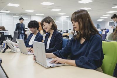 マクロミル社員の業務風景。明るい雰囲気の中、伸び伸びと仕事が出来ます。
