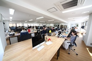 オフィスはワンフロアで開放的。インターン生同士はもちろん、社員ともコミュニケーションしやすい環境です。