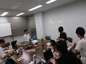 Magento勉強会の様子。他社Magentoユーザーも交え、軽食を取りながら楽しく知識の共有を行っています。