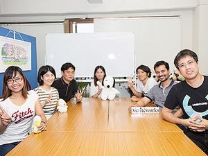 東京本社のミーティングスペース。デスクを囲んでいろんなことを話しています。ここで勉強会なども開催しています。