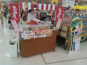 大型スーパーでの食品試食イベント。