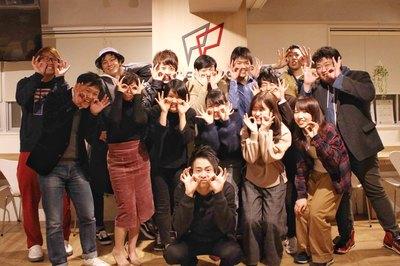 中央にいるのがクリエイティブマネージャーの奥村(学生インターン)。彼の元、OJTで勤務スタートです。