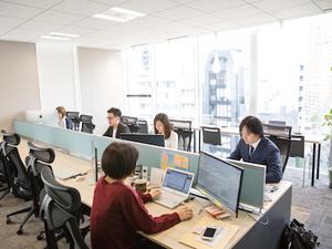 青山通り沿いの新築オフィスです。開放的なオフィスで眺めも良く仕事しやすい環境ですよ♪