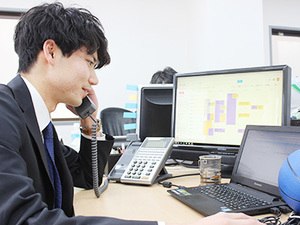 電話対応もばっちり。インターン生も社員と同等に働きます。
