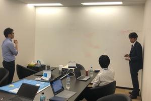 営業チームは少数精鋭、ミーティングでは熱い議論が繰り広げられます。