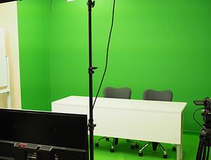 社内の撮影スタジオで動画の撮影・編集を行なっています