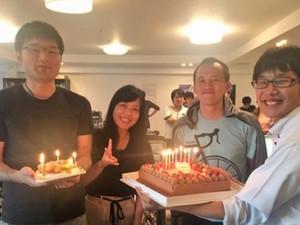 社内イベント風景です。毎月誕生日のお祝いをしています。