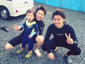 休みの日はみんなで趣味のサーフィンに出かけることも♪