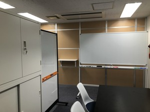 引っ越してきたばかりの新しいオフィスで働いていただきます。