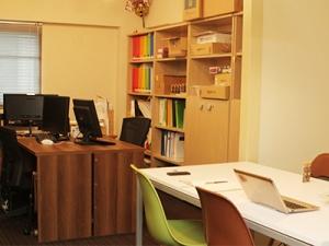 移転したばかりのきれいなオフィス。ブラウンのデスクは、過去のインターン生が選んでくれたものなので思い入れがあります。