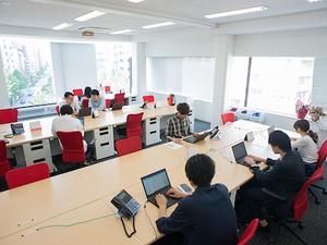 新宿三丁目駅から徒歩5分。学生の活気溢れるオフィスです。