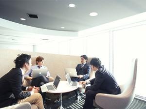 オフィスでの会議風景。自分の意見を持ち、それを発信できることがビジネスにおいてとても重要です。それはインターンであっても同じです!