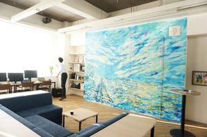 フロアの奥に進むと、印象的なブルーの壁画とMTGスペースが!