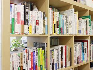 技術やビジネスに関する本がたくさん。勉強家の代表から思う存分学んでください!