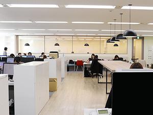 席を固定しない「フリーアドレス制」を導入。オフィス内のどこで仕事をしてもOK!