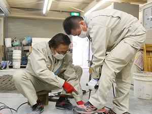 試験所ではコンクリートの耐震や強度を測っています。