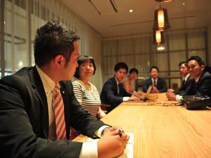 社内会議では立場や役職関係なく意見をぶつけ合います。
