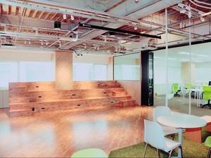 6月に移転したばかりの新オフィス。解放感のあるキレイな職場です!