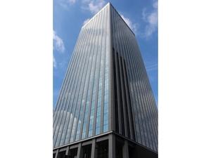 新宿にある高層ビルの20Fにオフィスがあります
