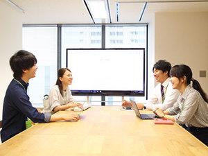 開放的な会議室でミーティング。インターン生もぜひ参加してください。
