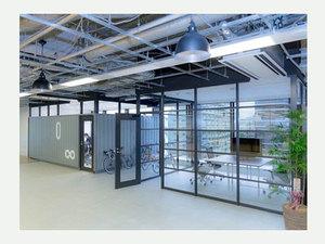 オフィスは渋谷にあります。西海岸のガレージをイメージし、開放的なオフィス空間です。