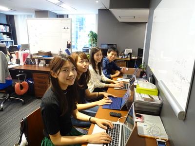 学生も社員も若く明るい雰囲気です。