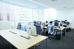 仕切りがなく広々としたオフィスでは、先輩社員とのやり取りもスムーズで気兼ねなく相談することができる環境となっております。