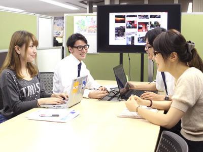 ARを組み合わせた企画の会議を行っています。インターン生も積極的に参加しています!