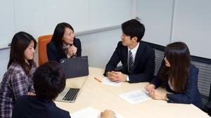 社内会議では社員もインターンもお互いに意見を出し合います。