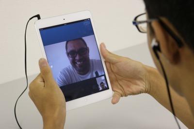 Skypeで講師とレッスンを行っている様子