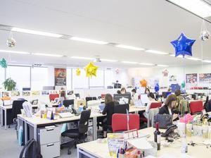 オフィス風景。全ての部署がワンフロアにあります。
