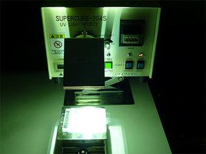 技術部ラボでの紫外線照射実験の様子。インターン生には実際にラボで研修を受けていただきます。