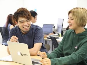 プロの歌手を目指しながらZensで働く16歳のインターン生 Monami(右)