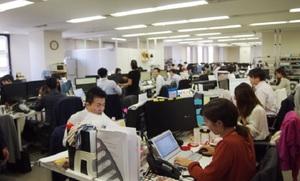 仕切りの無い広々としたオフィス。社長も机を並べて仕事をしています!