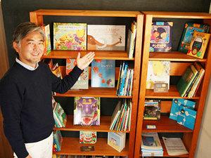 岡澤社長が世界各国の絵本が並ぶ本棚を見せてくれました!