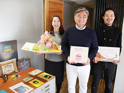 それぞれのお気に入りの絵本を持ってパチリ。日本の子どもたちに世界中の絵本を届けています。