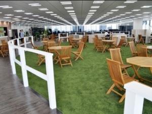 オフィスにはこんな開放的なカフェスペースが!